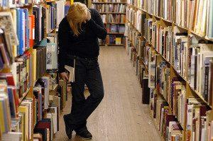 1024px-library-bookshelf-300x199-9981661